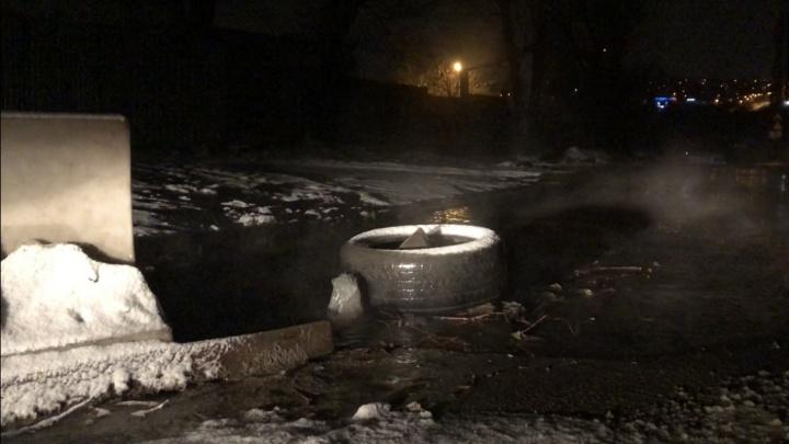 В Волгограде потоки нечистот заливают улицу из-за засора канализации