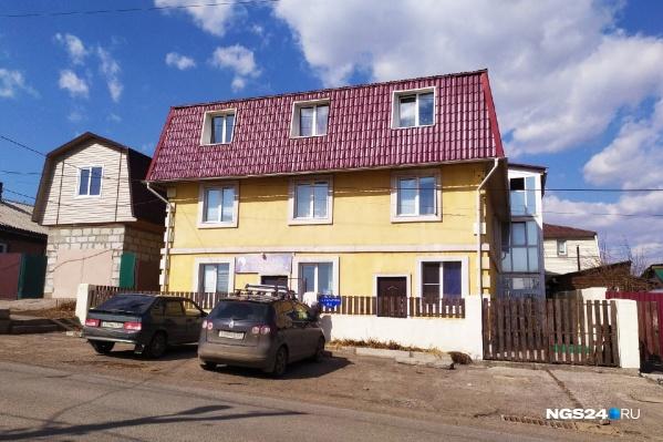 В этом доме 23 квартиры-студии. Куплены в основном в ипотеку отнюдь не богатыми людьми