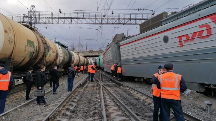 Локомотив и вагон, груженный зерном, сошли с рельсов в Челябинской области