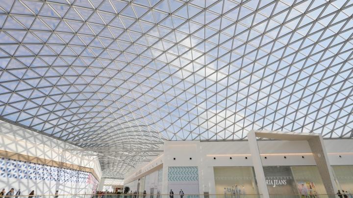 Свет и пустота: на Эльмаше открыли гигантский торговый центр