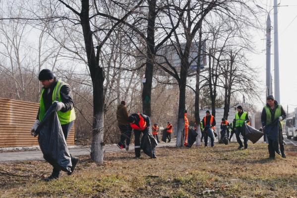 3 апреля около 100 человек вручную собирали мусор на газонах сразу в пяти районах Челябинска