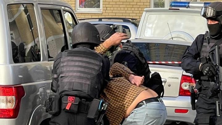 Мужчину с гранатой, который забаррикадировался в квартире, задержали. Онлайн-репортаж