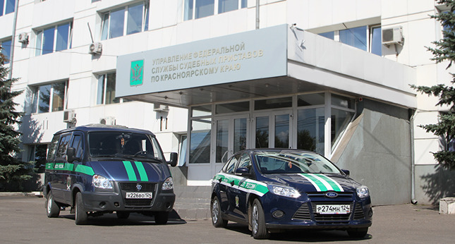 Вопрос цены: пристав из Емельяново вымогала взятки и угрожала запретить выезд из страны