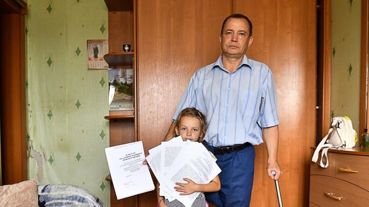 «Вали, одноногий таракан». Екатеринбуржца-инвалида с маленькой дочкой выгоняют на улицу из-за долга
