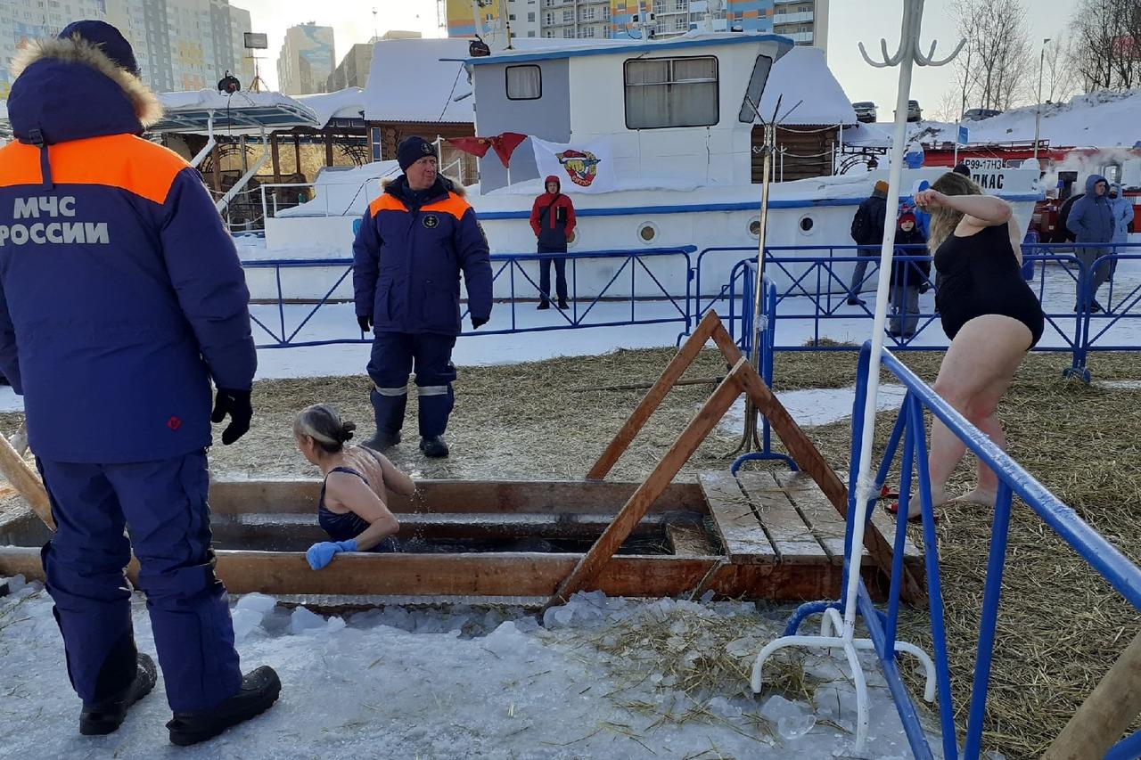 Тем не менее у Димитровского моста много людей
