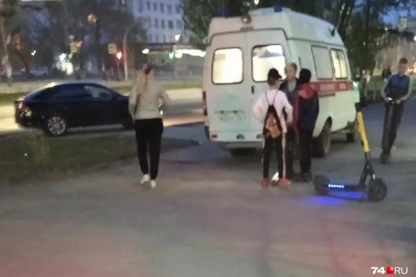 Женщина при падении ударилась головой, с места ДТП ее увезли в больницу
