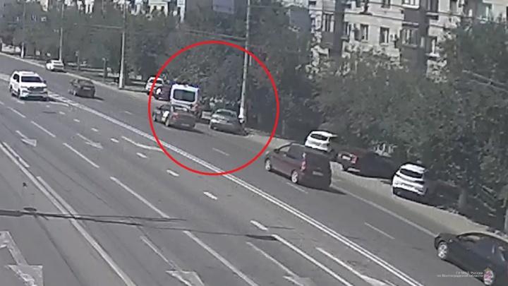 В центре Волгограда водитель протаранил бетонный столб. Есть пострадавшие