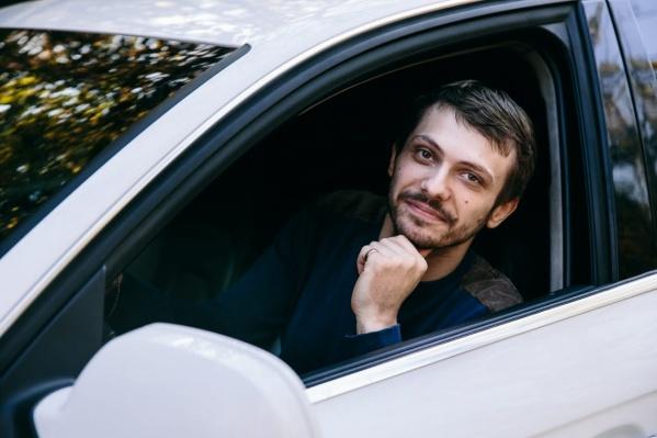 Андрей часто ездил один. Машины молодого человека были на ручном управлении