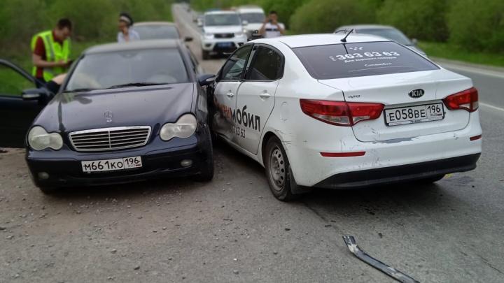 На трассе недалеко от озера Балтым таксист протаранил две машины на встречной полосе