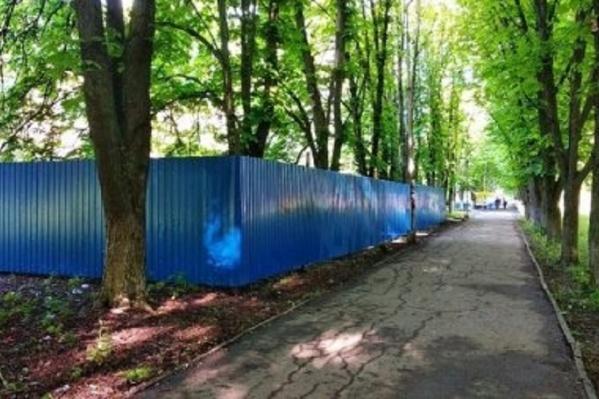 """По словам очевидцев, забор появился <nobr class=""""_"""">12 мая</nobr>"""