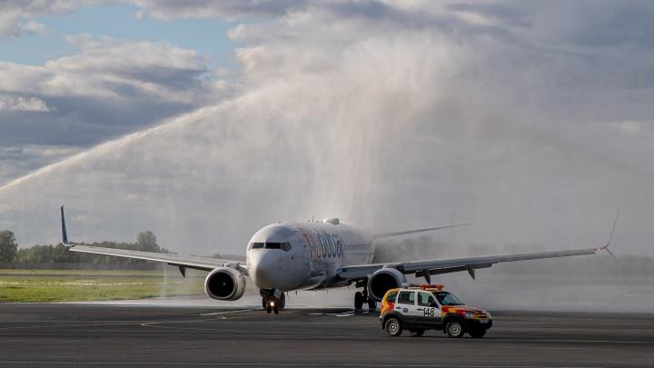 Арка из пожарных машин: как прошел первый вылет прямого рейса из Новосибирска в Дубай