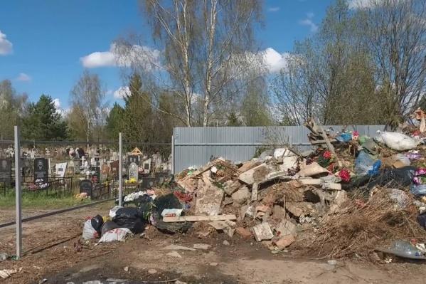 Депутат назвал кладбищенскую свалку «местом сбора мемориальных отходов»