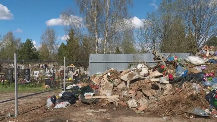 «Место сбора мемориальных отходов»: В Ярославле на городском кладбище устроили свалку