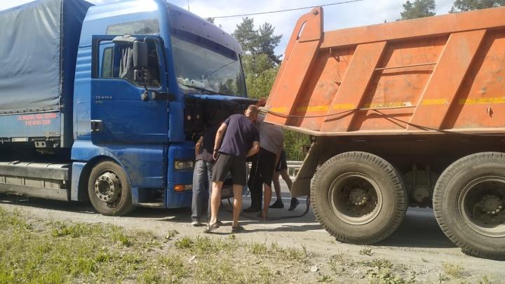 «Бесплатно отремонтируют»: водителя, который две недели жил в сломанной фуре под Екатеринбургом, спасли