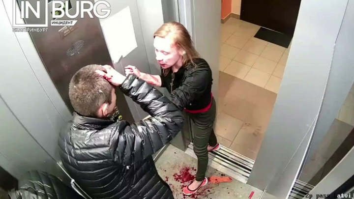 В Екатеринбурге молодая пара устроила жесткую драку в лифте и попала на видео