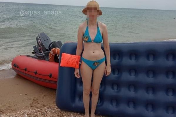 Женщина купалась во время сильного ветра