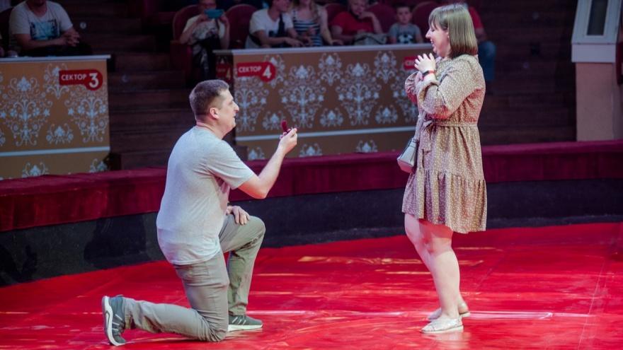 «Хотели посадить его на белую лошадь»: омич сделал предложение девушке на арене цирка