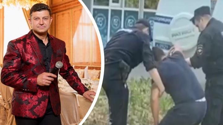 «Еще и сопротивление полиции приписали»: ярославского ведущего задержали за отсутствие маски. Видео