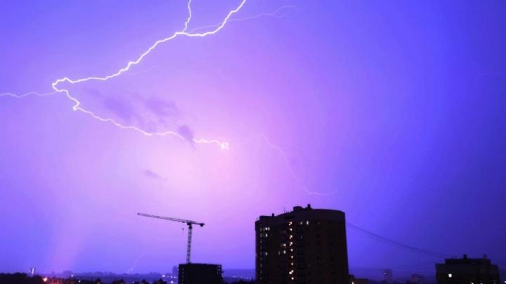 На Урале во время непогоды молния убила двух человек