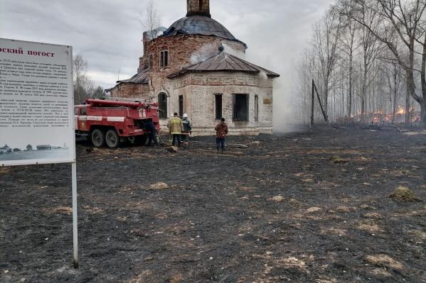 Огонь повредил купол старинной церкви