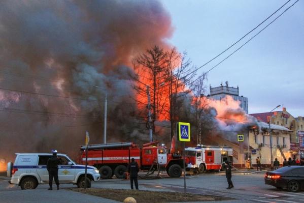 Сообщение о возгорании в экстренные службы поступило в 03:41. В это время в кафе были клиенты