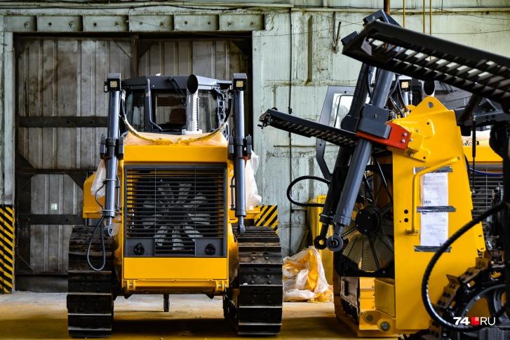 Выпуск первого поколения тракторов начался сравнительно недавно, в 2007 году. Сейчас завод выпускает уже второе поколение (на фото)