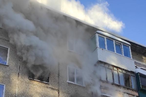 Дым из квартиры перешел в подъезд