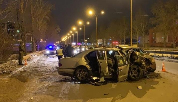 В Екатеринбурге будут судить водителя Mercedes, который врезался в дерево и погубил двух человек