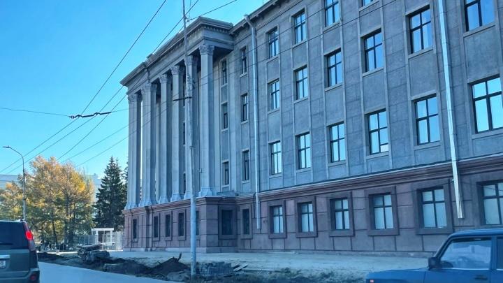 Возле здания ФСБ на Ленина снесли лиственницы