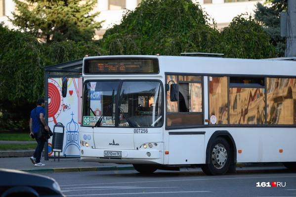 По данным МЧС, загорелся моторный отсек автобуса