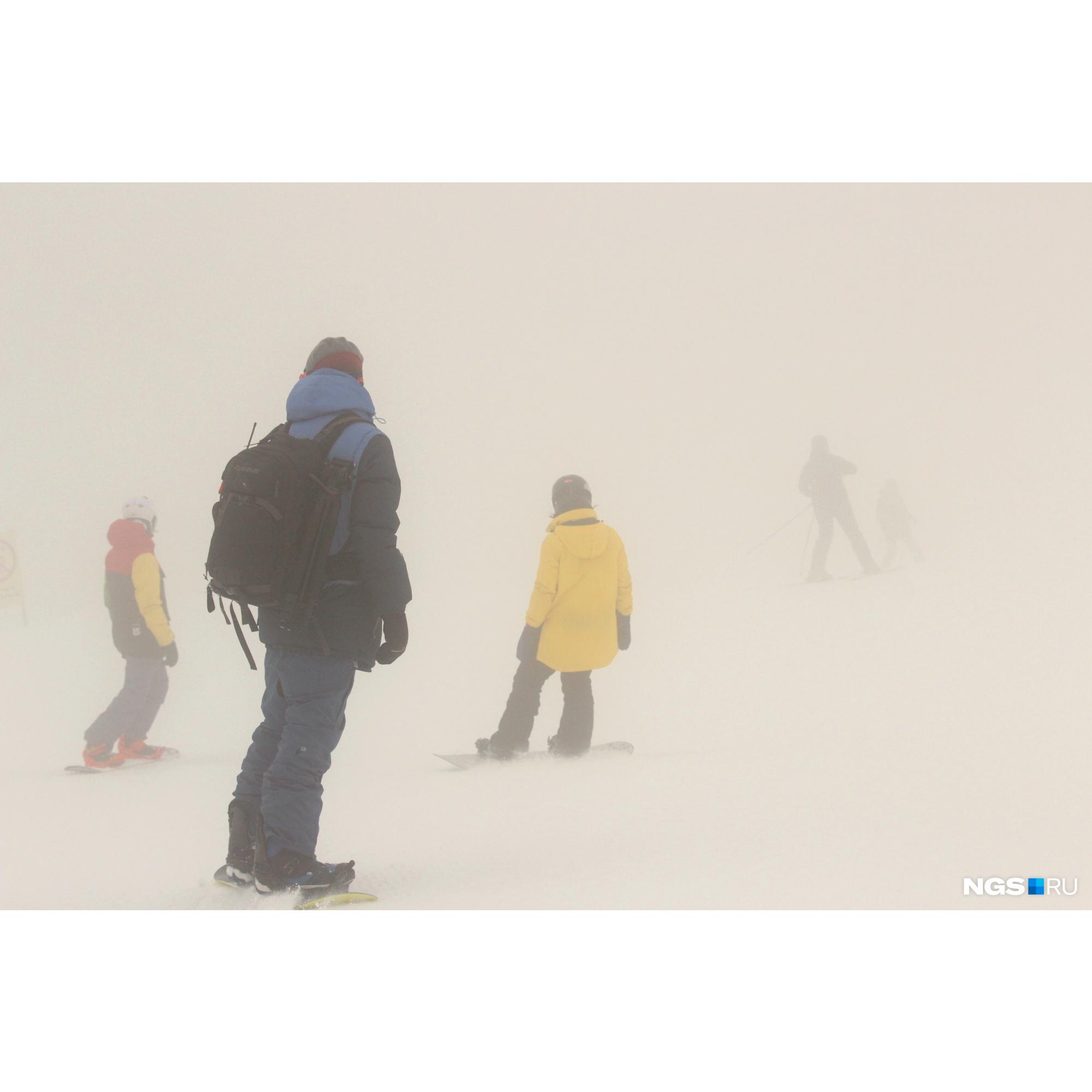 Спуск с самой верхней площадки в таких погодных условиях может превратиться в довольно экстремальное развлечение