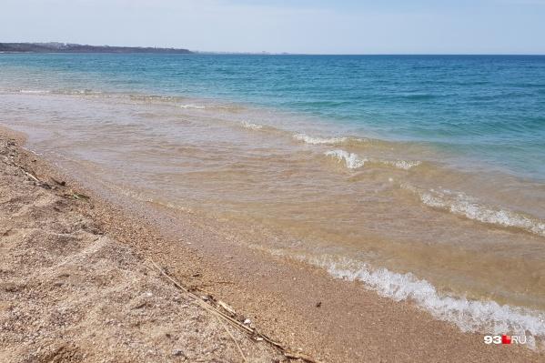 Купающихся туристов сейчас мало, зато отдыхающие устраивают пикники на пляжах