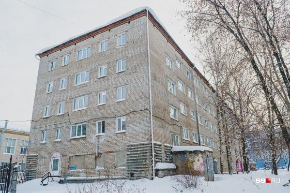 В общежитии на Обвинской, 12а живут студенты средних профессиональных образовательных учреждений