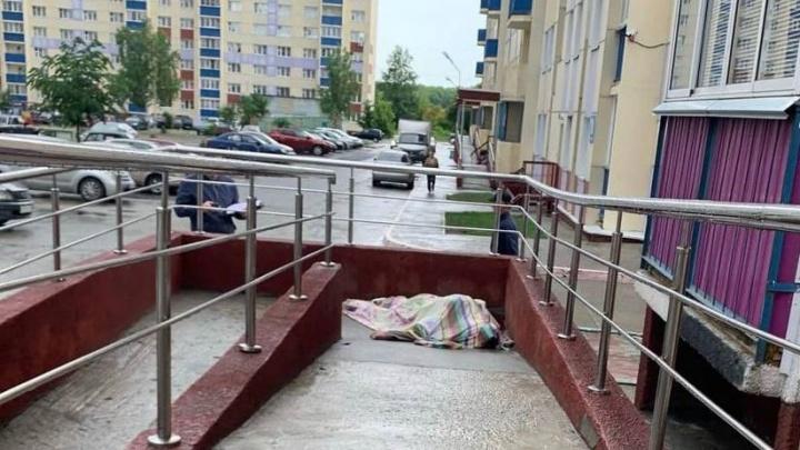 На Первомайке возле одной из многоэтажек обнаружили тело молодого человека