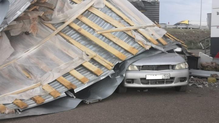 Ураган снес крышу супермаркета под Уфой. Есть видео