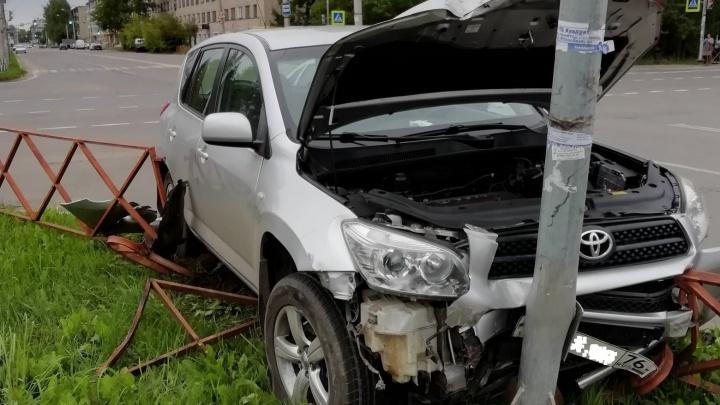 Водитель умер на месте: в Ярославской области неуправляемая легковушка вылетела с дороги в столб