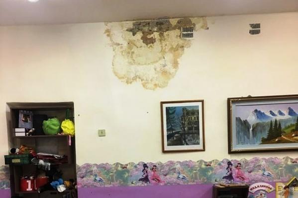 В группе с потолка капает вода, а штукатурка покрыта разводами и отваливается