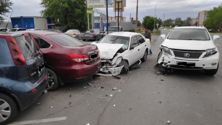 Не уступил дорогу: в Кургане водитель Lexus спровоцировал массовое ДТП