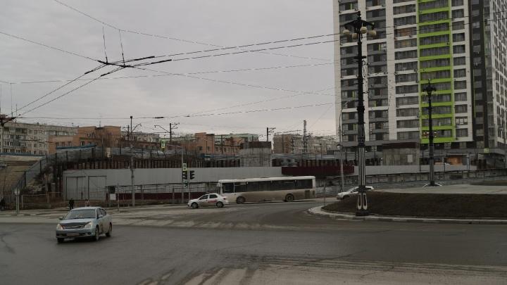 Новосибирцы выступили против сокращения парковки у нового бизнес-центра на Нарымской — чем они недовольны