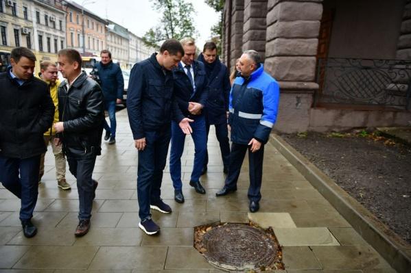 Квадратная плитка не подошла к круглым люкам на Комсомольской улице