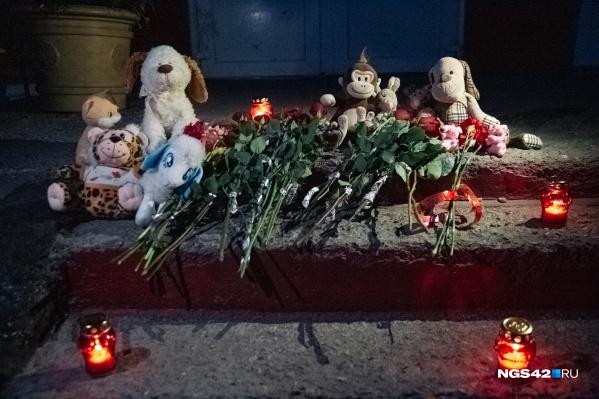 Стихийный мемориал появился 7 сентября возле школы, где учились погибшие