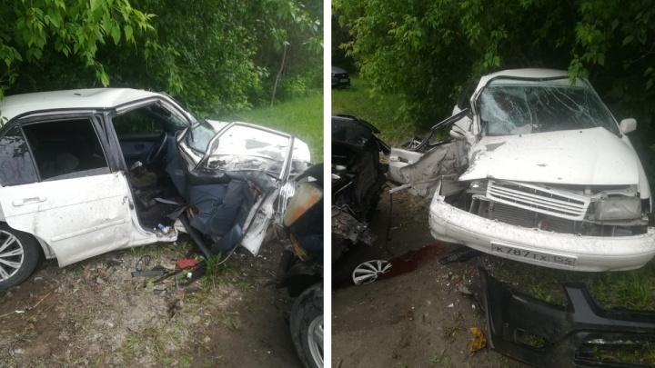 Водителя зажало в салоне при жестком столкновении двух иномарок в Бердске — его извлекали спасатели