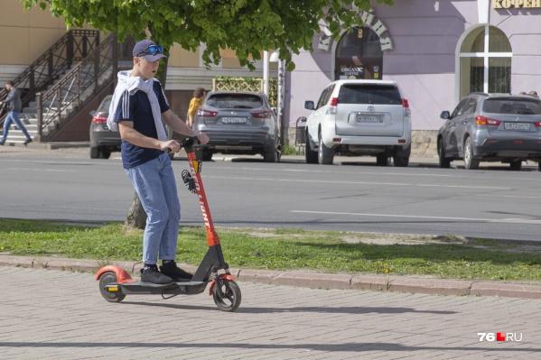 Катающиеся на электросамокатах по тротуарам зачастую пугают пешеходов