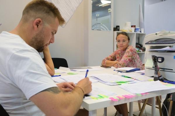Политолог Всеволод Бедерсон проверяет подписи независимой кандидатки Людмилы Елтышевой перед подачей в избирком