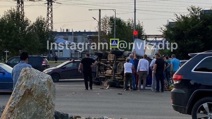 В Новокузнецке машина скорой влетела в легковушку и перевернулась. Раскрываем обстоятельства ДТП