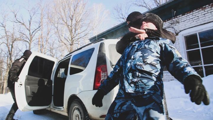 «Только тихо, а то пожалеешь»: в Уфе заключенные захватили надзирателя и пытались сбежать на его машине