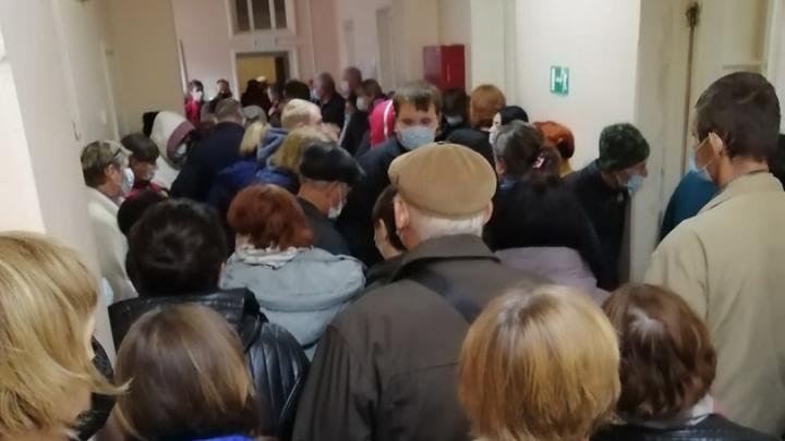 Полсотни больных в одном коридоре: в поликлинике под Волгоградом пациенты устроили давку в очереди к терапевту