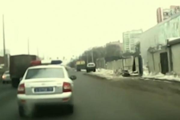 Автомобилист попытался объехать автомобиль ДПС справа