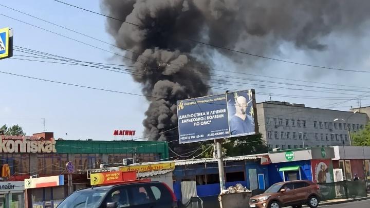 Взрыв и столб черного дыма: на челябинском рынке вспыхнул пожар
