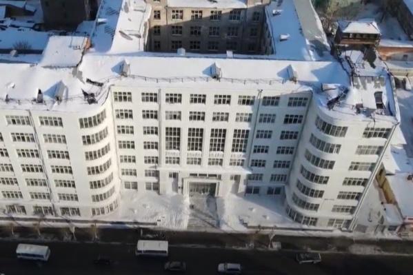 Со стороны улицы Куйбышева фасад здания выглядит достаточно презентабельно